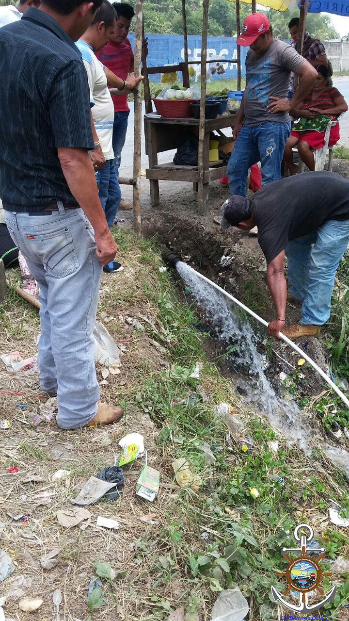 Reparando tuber a que transporta agua potable en puente for Tuberia plastico agua potable